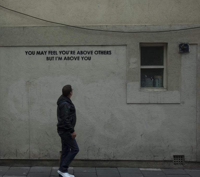 رسائل ذكية بـ الفن الجرافيتي لإغاظة الرأي العام