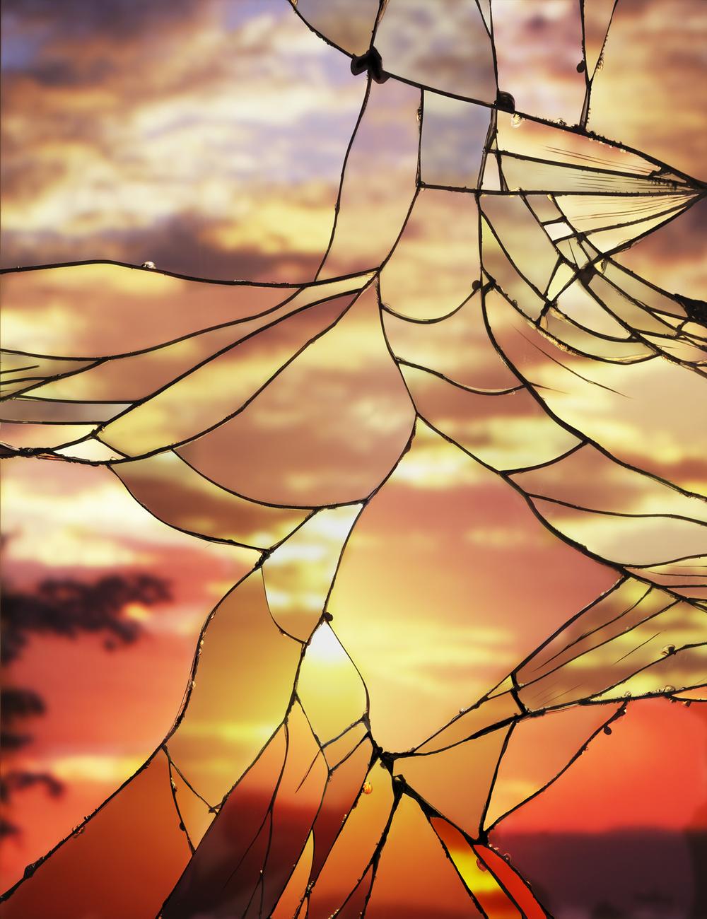 تصوير سماء المساء عبر انعكاس مرآة مكسورة